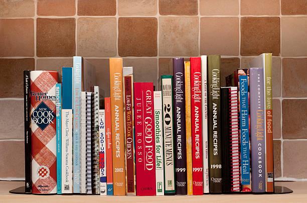 prateleira de livros de receitas da cozinha - receita - fotografias e filmes do acervo