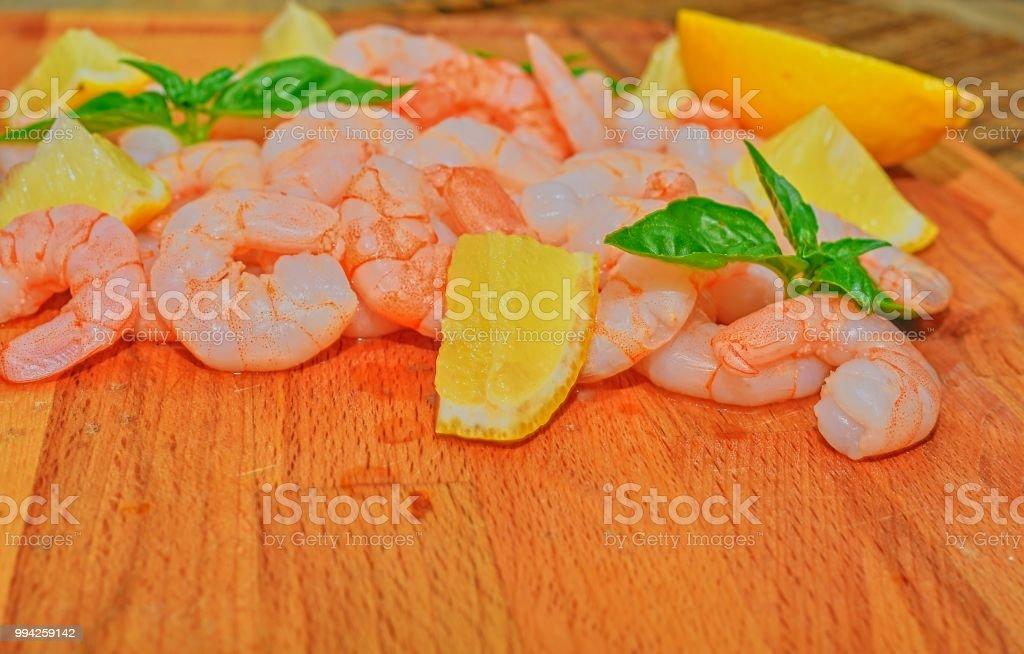 Gambas Cocidas Y Peladas Con Rodajas De Limón Y Hojas De