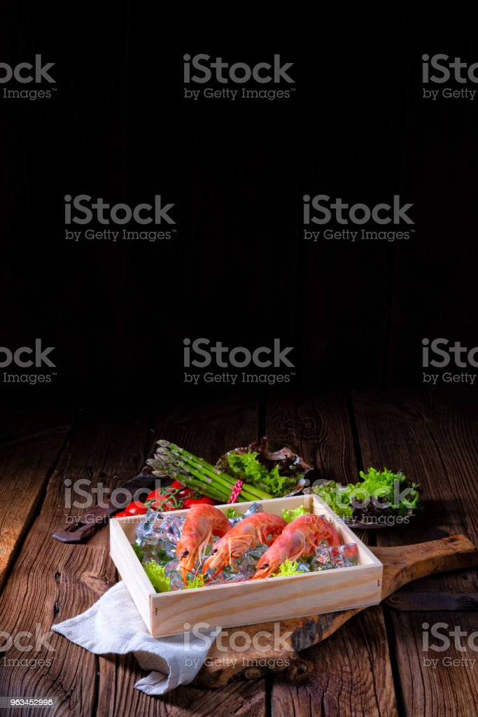 cooked argentine red prawns with salad on the ice - Zbiór zdjęć royalty-free (Azja)