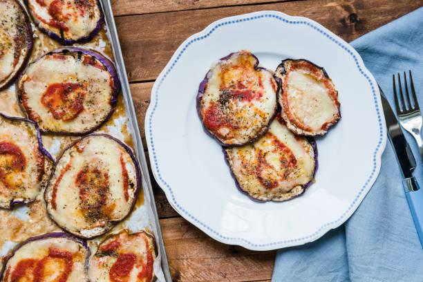 gekochte aubergine wie pizza - käse zucchini backen stock-fotos und bilder