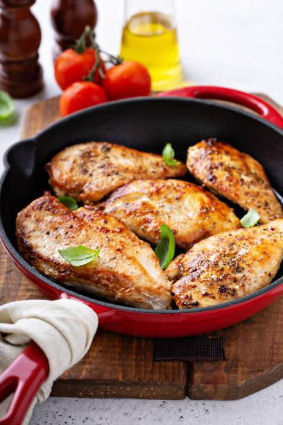 gekochte hühnerbrust in einer pfanne - scharf anbraten stock-fotos und bilder