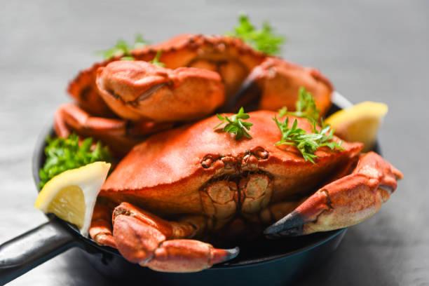kokt krabba på hot pot och mörk bakgrund-seafood kokt röd sten krabbor - krabba bildbanksfoton och bilder