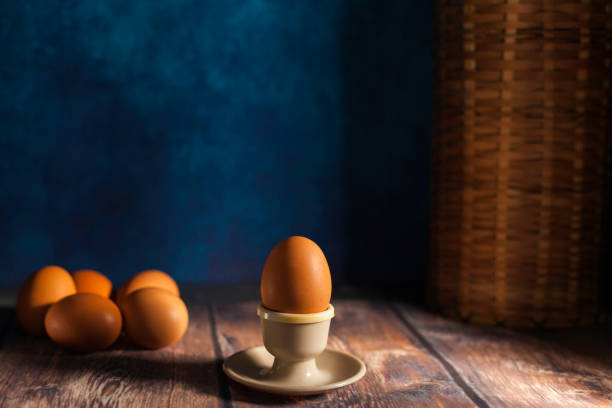 huevo cocido y huevos crudos frescos - foto de stock