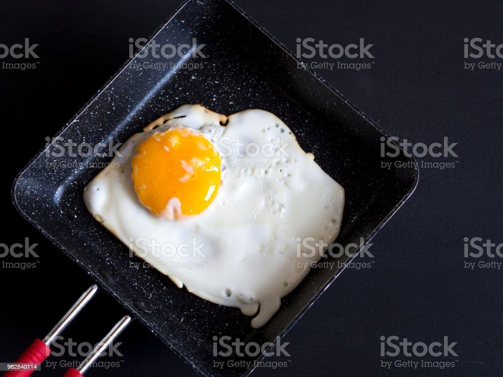 ovos cozidos na panela com fundo de madeira preto - Foto de stock de Alimentação Saudável royalty-free