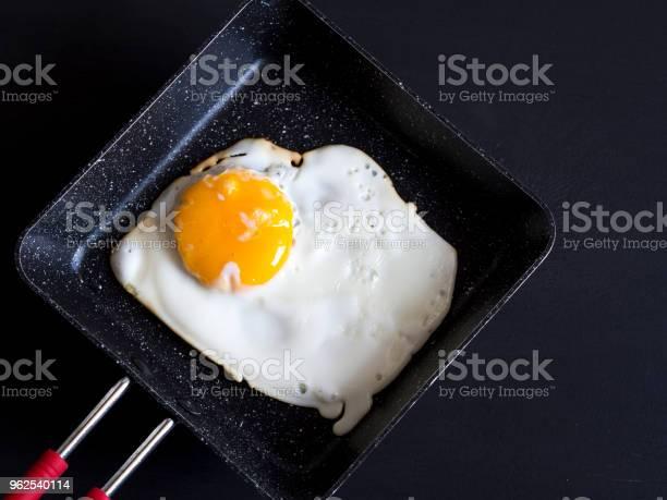 Foto de Ovos Cozidos Na Panela Com Fundo De Madeira Preto e mais fotos de stock de Alimentação Saudável