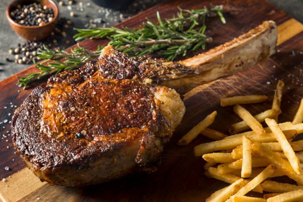 gekookt gras fed tomahawk steaks - ribeye biefstuk stockfoto's en -beelden