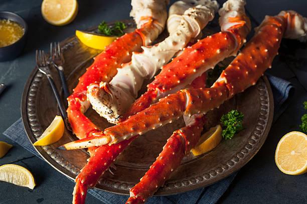 cooked organic alaskan king crab legs - krab gerecht stockfoto's en -beelden
