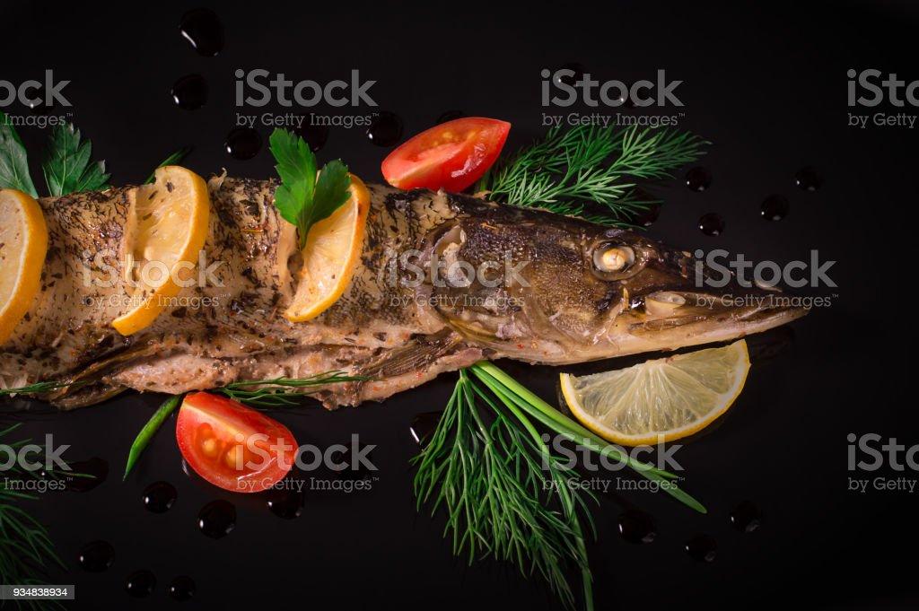 토마토, 레몬과 딜 꼼 하 장 요리 어 검은 배경. 최고의 볼 수 있습니다. - 로열티 프리 건강한 생활방식 스톡 사진