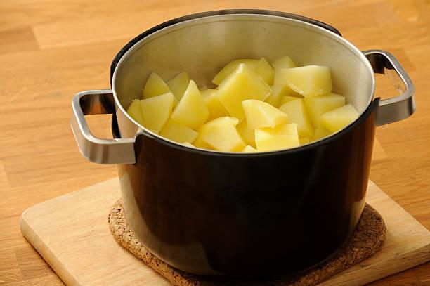 kartoffeln bereit, nach wunsch zubereitete speisen - salzkartoffel stock-fotos und bilder