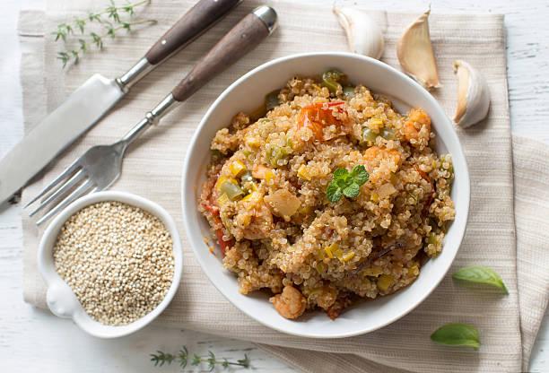 Preparado quinua con verduras y los camarones - foto de stock