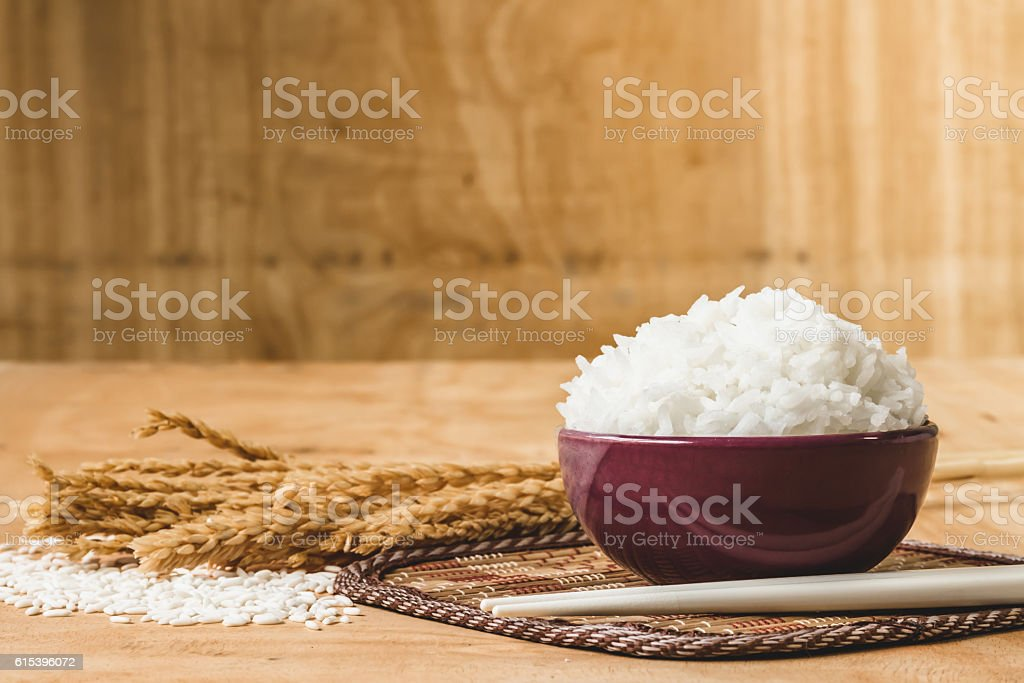 Cooked rice in bowl on  wooden table background. - foto de stock