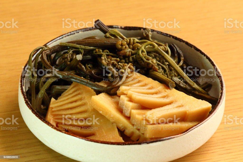 Mit Bambussprossen und farnspitzen gekocht – Foto