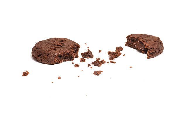 biscotto al cioccolato su bianco - briciola foto e immagini stock