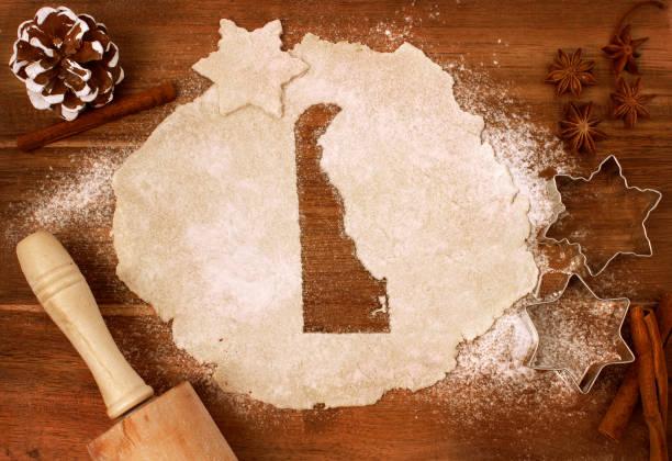 cookie-teig geschnitten als die form des delaware (serie) - weihnachten de stock-fotos und bilder