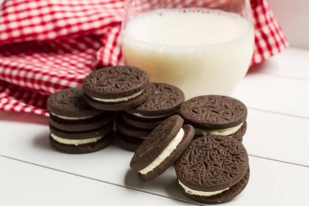 Cookies e um copo de leite - foto de acervo