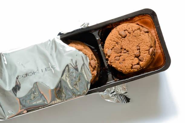 kekse und gebäck pack auf weißem hintergrund - aluminiumkiste stock-fotos und bilder