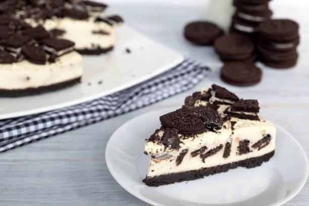cookies und cream cheesecake - hausgemachte zuckerplätzchen stock-fotos und bilder