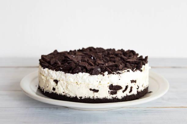 cookies und cream cheesecake - kekskuchen stock-fotos und bilder
