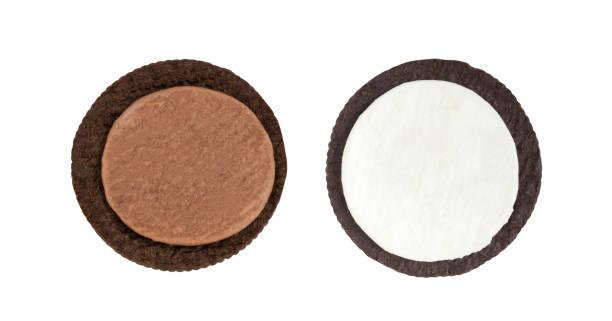 Biscoitos e creme close-up do lado interno de leite recheio creme de baunilha e chocolate e crosta (nenhuma marca comercial ou marca) isolado no fundo branco (caminho de recorte incluem), americano, material de enchimento - foto de acervo