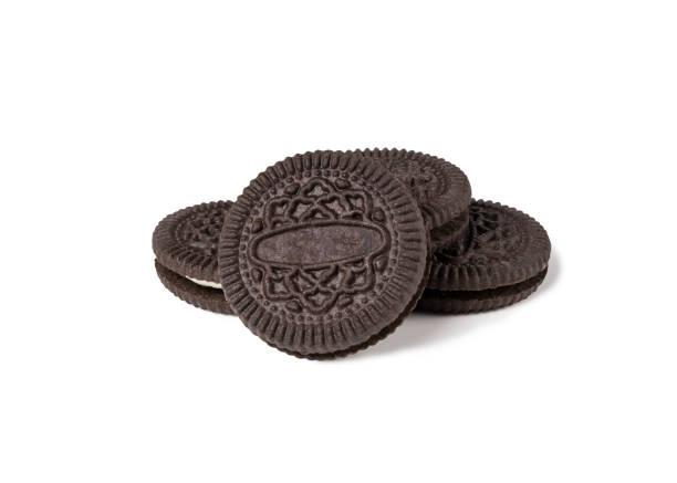 Biscoitos e creme de chocolate sabor em pedaços da crosta exterior isolado no fundo branco (traçado de recorte incluído), lanche de estilo americano - foto de acervo