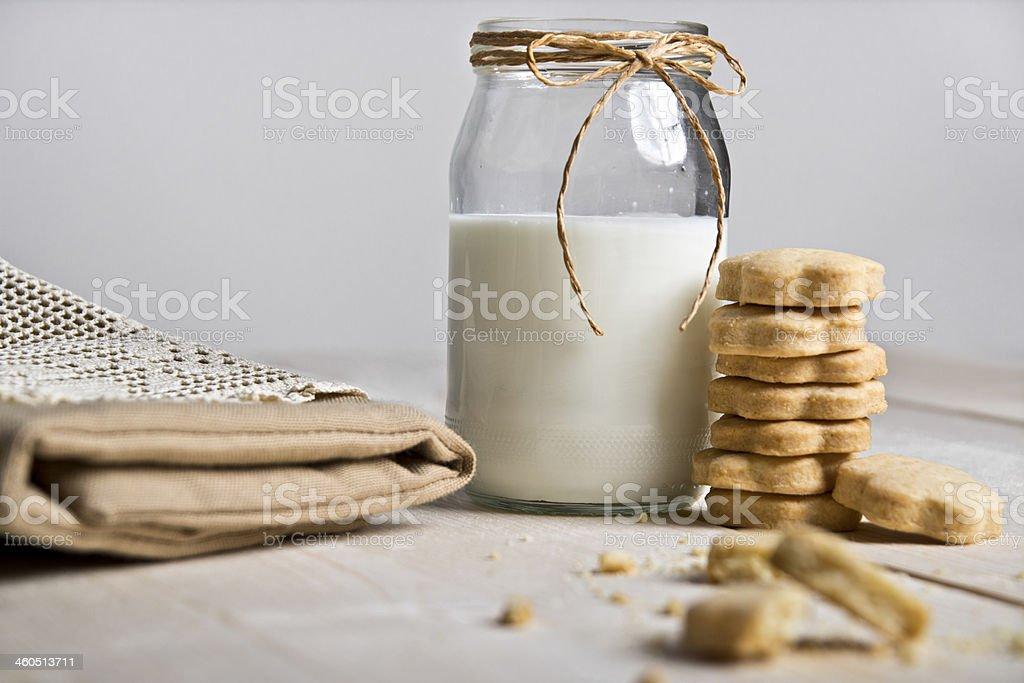 Galletas y leche - foto de stock