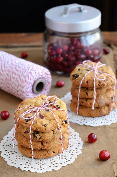 cookies und rot-weißen twine spule - spitzenkekse stock-fotos und bilder