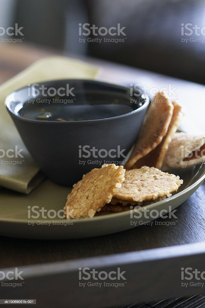 Cookies and tea on plate, close-up foto de stock libre de derechos