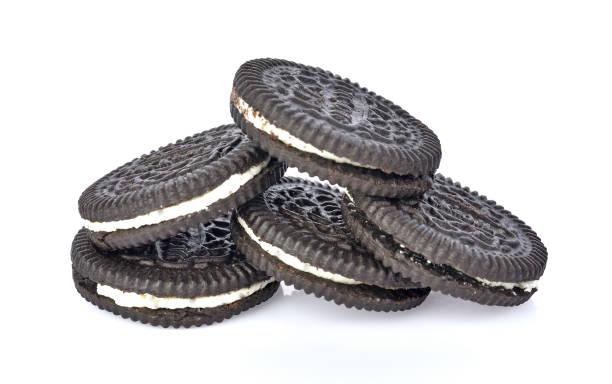 Biscoitos de creme no fundo branco - foto de acervo