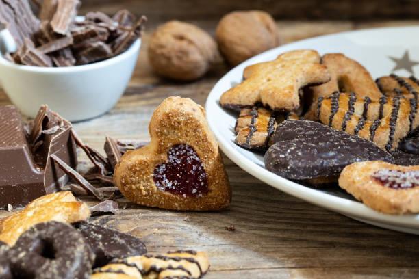 cookies für weihnachten oder advent - deutscher schokoladen zuckerguss stock-fotos und bilder