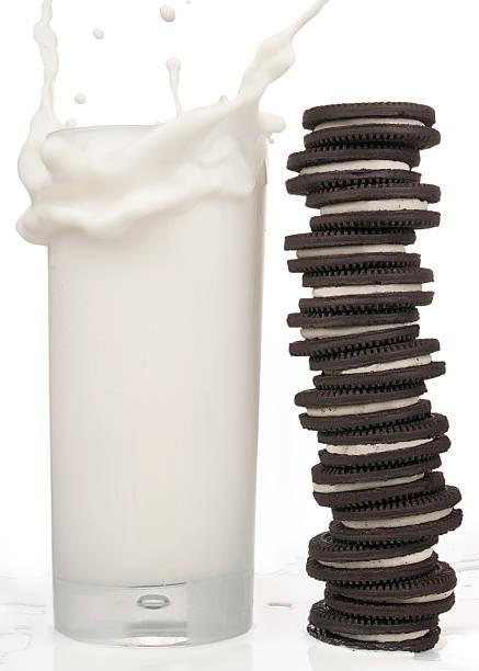 Cookies'n leite - foto de acervo