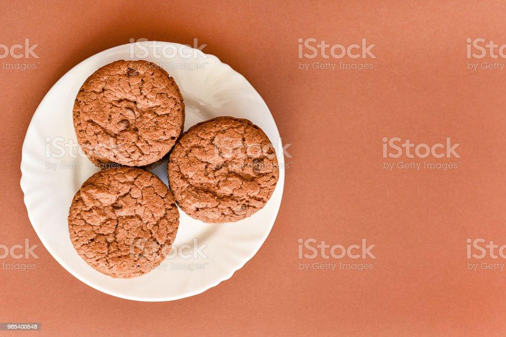 Cookies sur une plaque blanche - Photo de Aliment libre de droits
