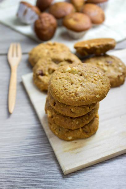 cookies auf holz cup cake weichzeichnen hintergrund - waffelbecherkuchen stock-fotos und bilder