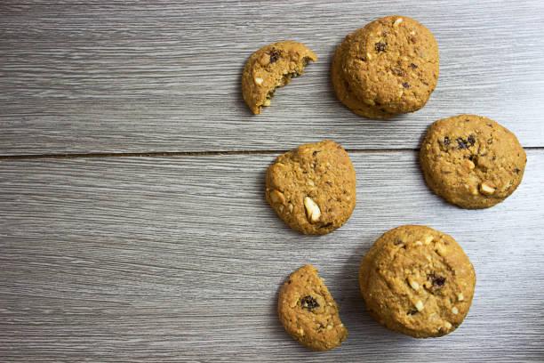cookies auf holz - waffelbecherkuchen stock-fotos und bilder