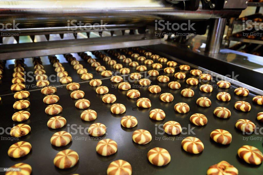 Linha de produção de biscoitos - foto de acervo