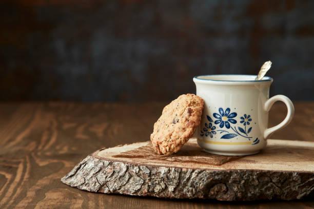 cookies mit einer tasse kaffee - hausgemachter eiskaffee stock-fotos und bilder