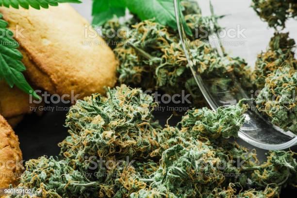 Cookies Med Cannabis Och Knoppar Av Marijuana På Bordet En Burk Med Cannabis Knoppar Begreppet Matlagning Med Cannabisblad Behandling Av Medicinsk Marijuana För Användning I Livsmedel På En Svart Bakgrund-foton och fler bilder på Choklad