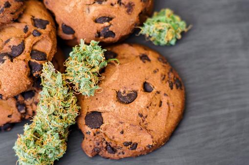 Koekjes Met Cannabis En Toppen Van Marihuana Op De Tafel Stockfoto en meer beelden van Biologisch