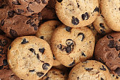 、チョコレートチップクッキーに隔てられた白の背景ます。