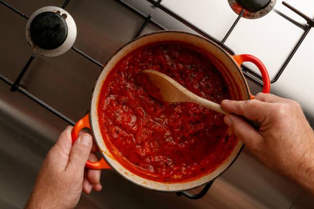 전통적인 gormet 토마토 소스와 스테인리스 훔치는 홉에 나무로 되는 숟가락, 요리 - 소스 뉴스 사진 이미지
