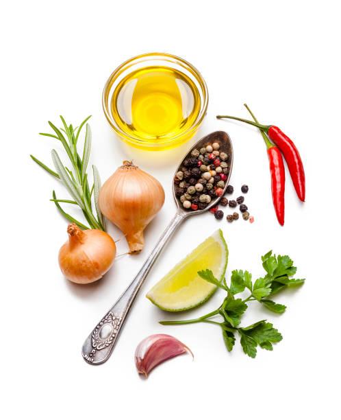 koken en kruideningrediënten: olijfolie, kruiden en specerijen op witte achtergrond - condiment stockfoto's en -beelden