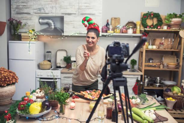 kochen und vlogs für weihnachten und neujahr - küche deko blog stock-fotos und bilder