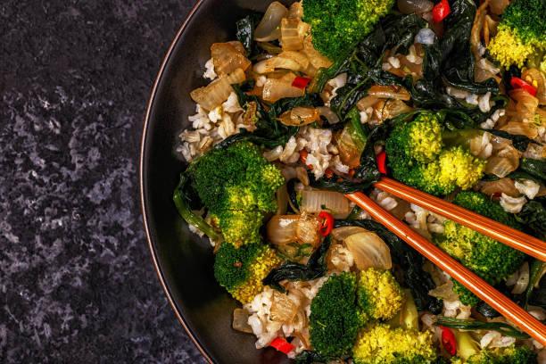 Cocinar el arroz con verduras salteado asiático - foto de stock