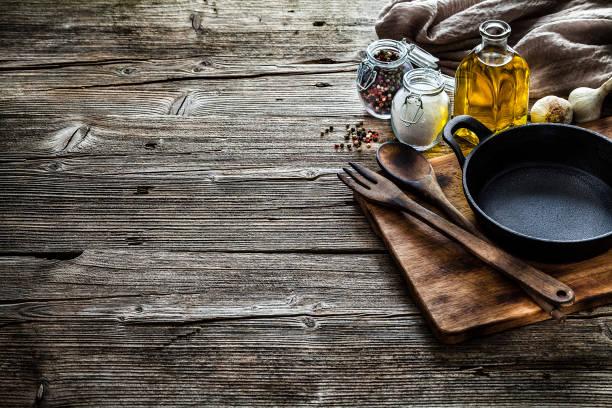 koken achtergronden: koken ingrediënten en keukengerei op rustieke houten tafel met kopieerruimte - oil kitchen stockfoto's en -beelden