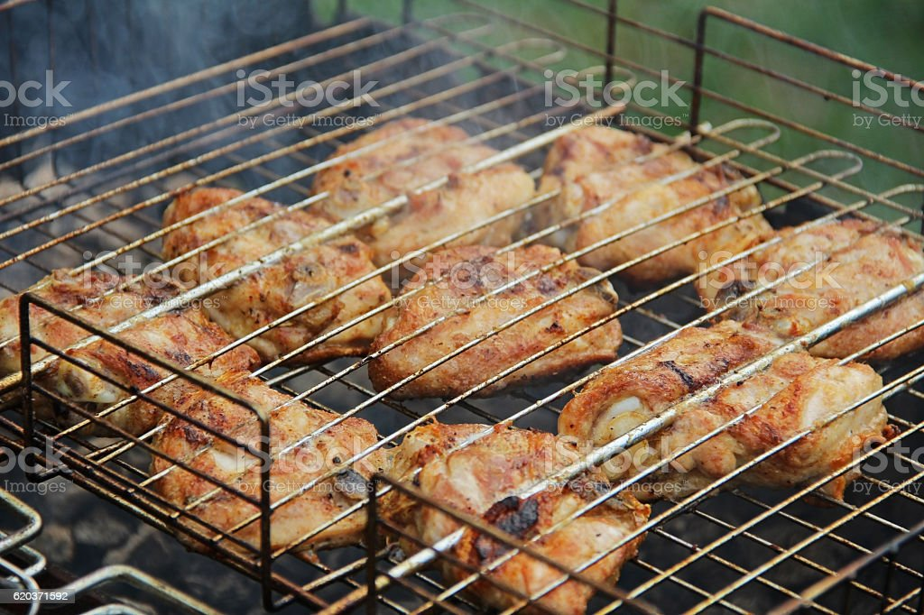 Cooking barbecue chicken thighs on coals. foto de stock royalty-free