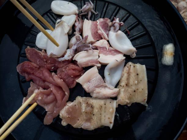 kochen barbecue-thai-stil, genannt moo kra ta. - moo stock-fotos und bilder