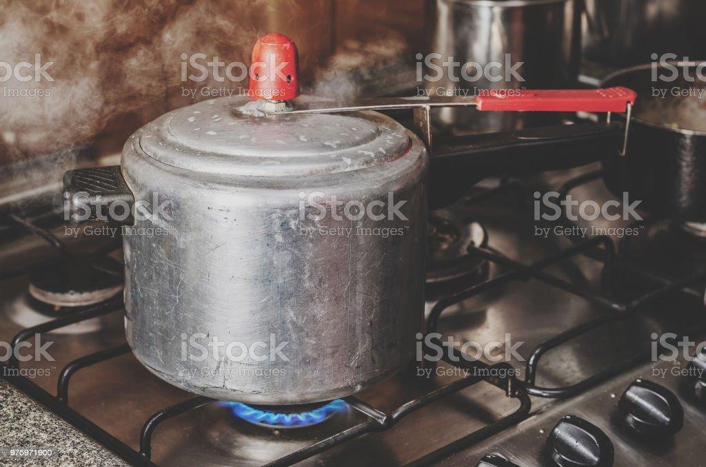 Cozinhar o feijão na panela de pressão. - foto de acervo
