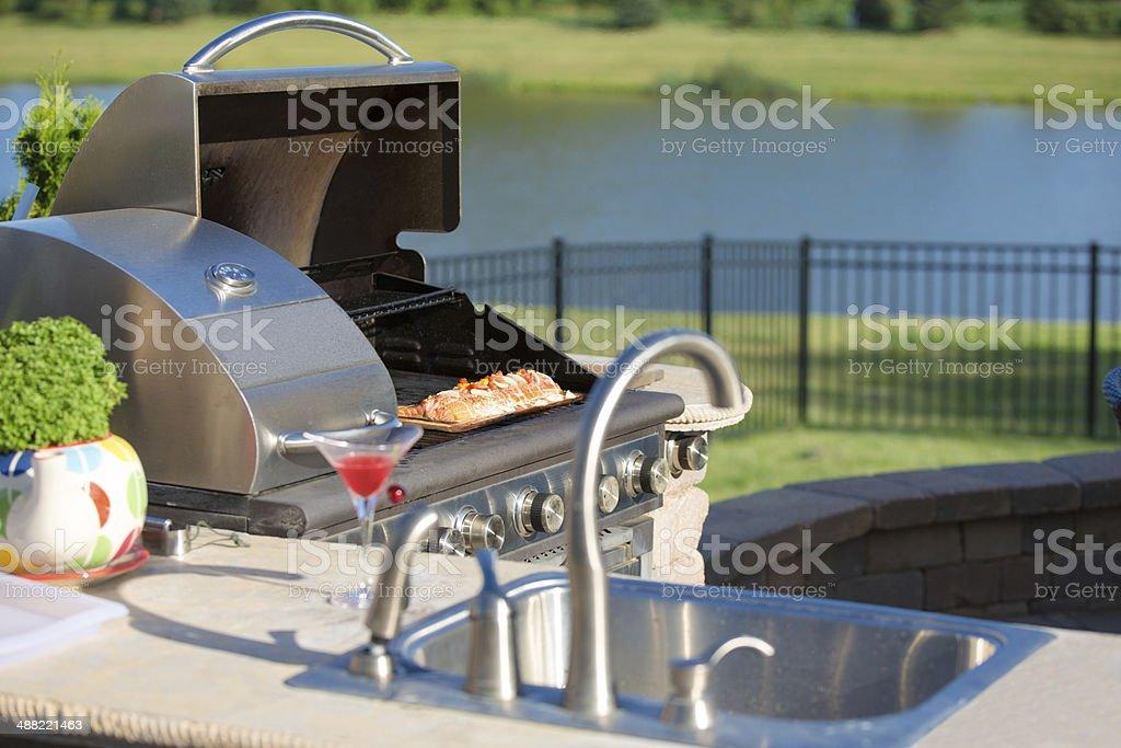 Kochen Zeder-Lachs auf dem Grill auf der Outdoor-Küche - Lizenzfrei Arbeitsplatte Stock-Foto
