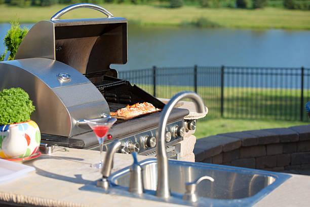 kochen zeder-lachs auf dem grill auf der outdoor-küche - grillstein stock-fotos und bilder