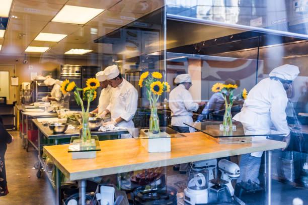 Kochschule Klasse durch Fenster in New York City in Chelsea West Side, mit Menschen Köche machen Essen Ausbildung – Foto