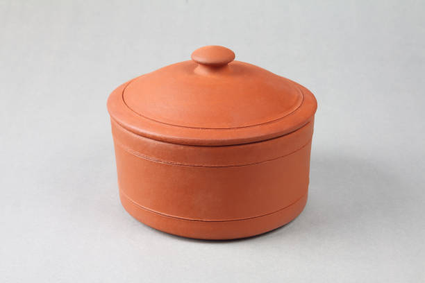 ton-pfanne kochen - topfdeckel speicher stock-fotos und bilder